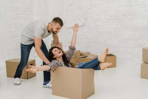Couple pendant un déménagement
