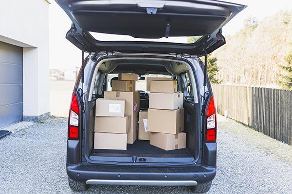 cartons de déménagement dans le coffre d'une voiture